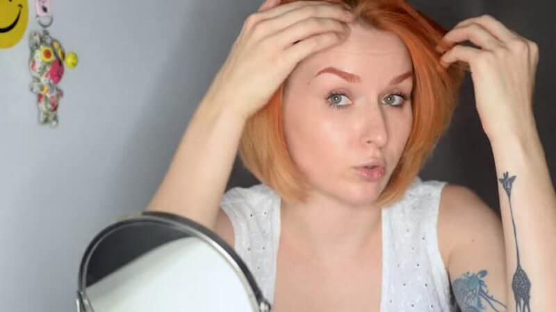 Перемешает волосы на другую сторону для придания объема
