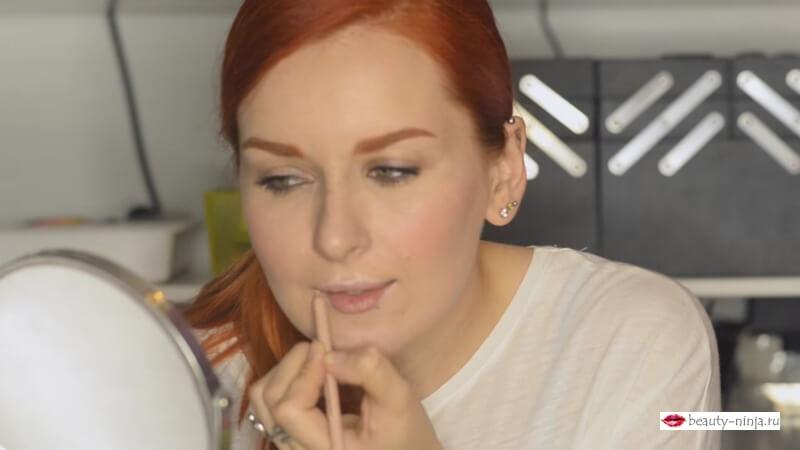 Наносим карандаш для глаз EVA MOSAIC на границы губ