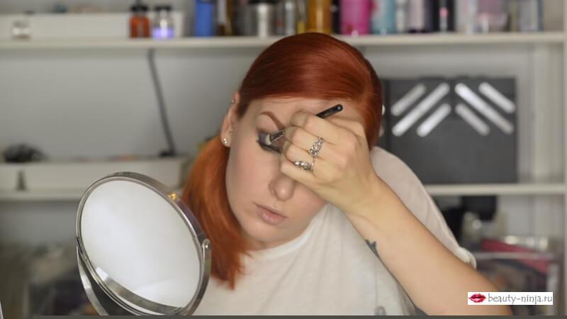Наносим сиреневые тени Кристалл Декор на уголки глаза кистью Zoeva 234