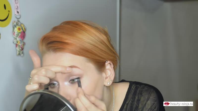 Подводим внутреннюю слизистую карандашем M.A.C. Pro Longwear Eyeliner