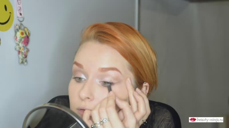 Закрашиваем межресничное пространство карандашем M.A.C. Pro Longwear Eyeliner