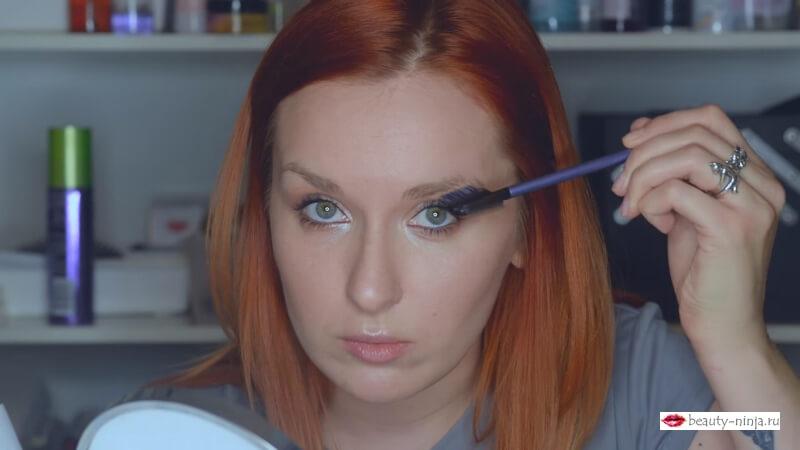 Зачесываем волоски брови по форме по направлению вниз кистью Real Techniques Lash Brow Groomer