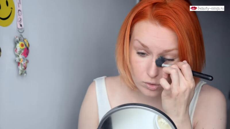 Наносим серо-рыжую текстуру из палитры Graftobian HD Glamour Creme Palette Neutral на нос и по краю подбородка