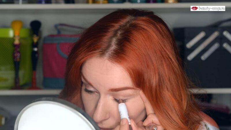 Прорабатываем нижнее и верхнее веко коричневым карандашом для глаз Eye Pen от H&M
