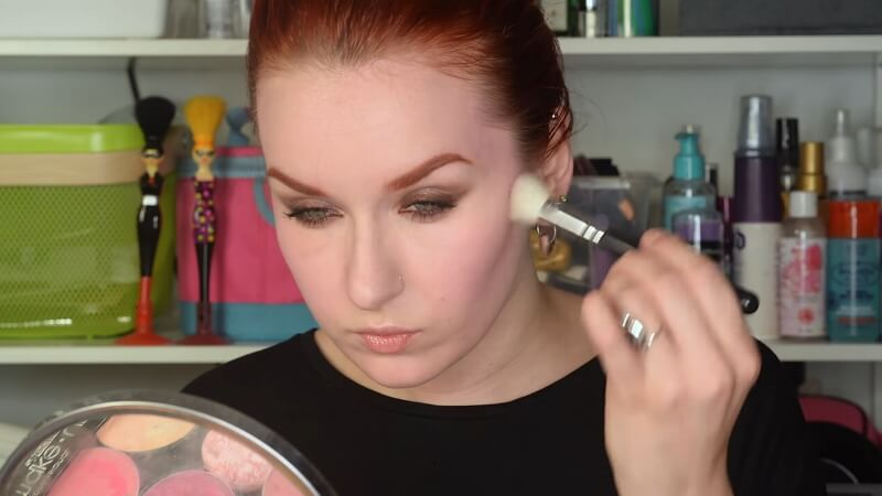 Наносим пудру бронзатор M.A.C. Sculpting powder Pro на зону румян