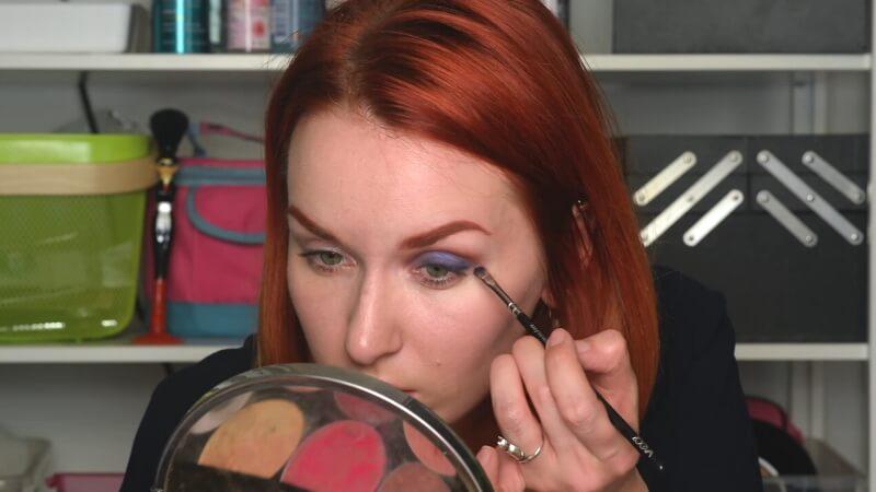 Прорисовываем небольшую стрелку синими тенями Make-Up Atelier плоской кистью Zoeva 237
