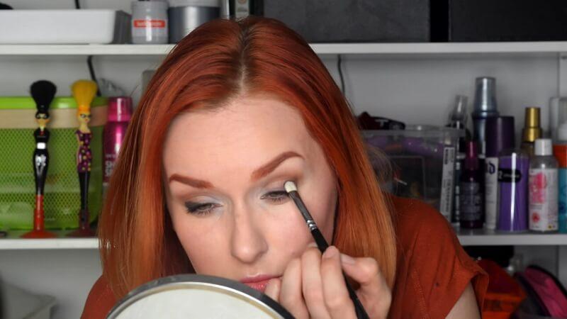 Набиваем кистью Zoeva 22 темные тени Makeup Atelier на внешний уголок глаза.