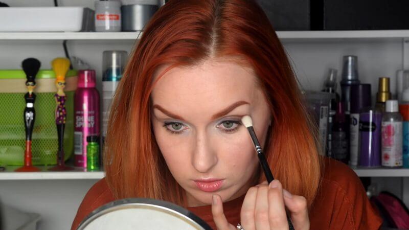 Наносим на открытый глаз коричневые тени Makeup Atelier