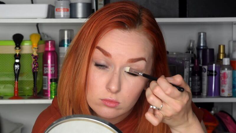 Наносим светлые тени Makeup Atelier на внутренний уголок глаза