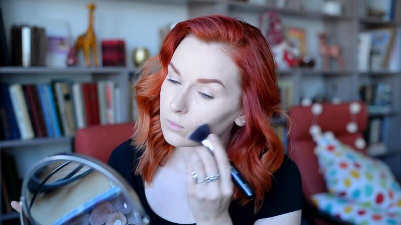 Наносим кремовый корректор Make-Up Secret на область скул кистью Zoeva 104