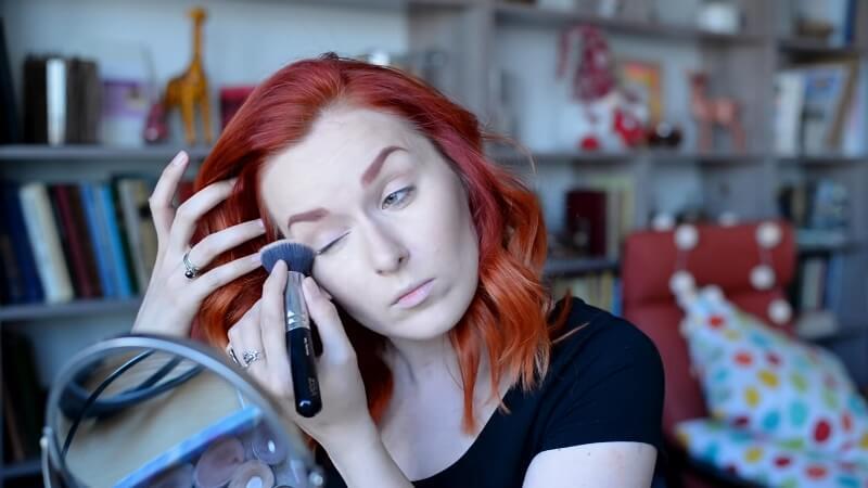 Наносим кремовый корректор Make-Up Secret на веки для создания естественной тени