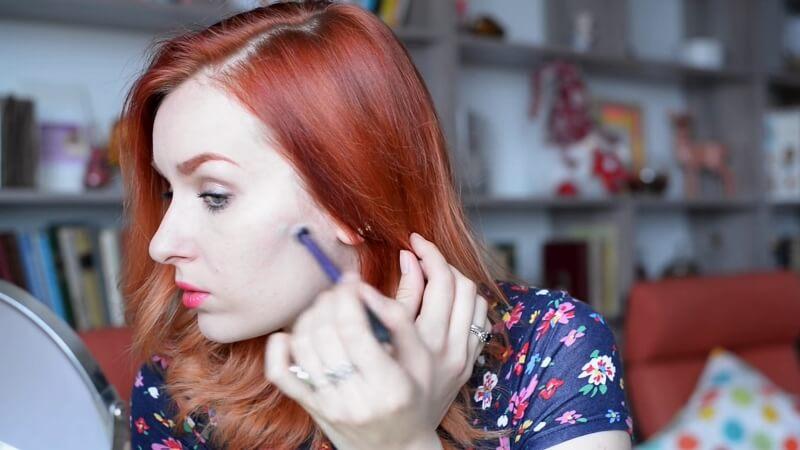 Наносим праймер Make-Up Secret (зеленый) на акне кистью Real Techniques