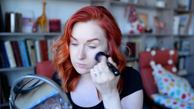 Наносим праймер Baby Skin Instant Pore Eraser от Maybelline на кожу лица кистью Zoeva 104