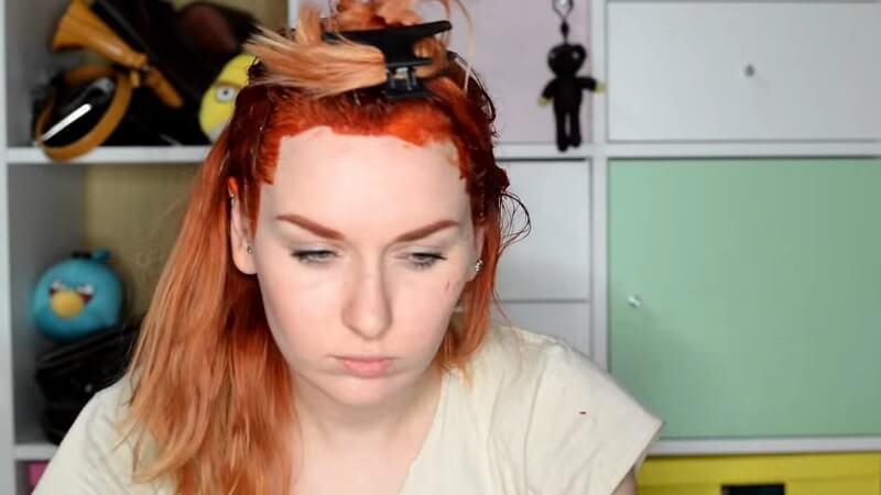 Закалываем волосы крабиком, чтобы они не мешали работать с задней частью головы