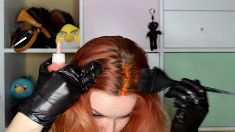 Разгоняем краску Syoss кисточкой на корни по направлению роста волос