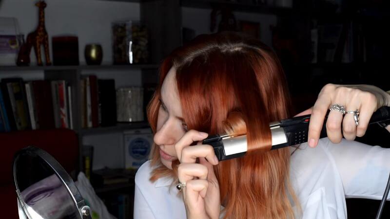 Закручиваем прядь волос стайлером Вот здесь у нас получается наша прядь, прокручивается по этой BaByliss пластинами вниз
