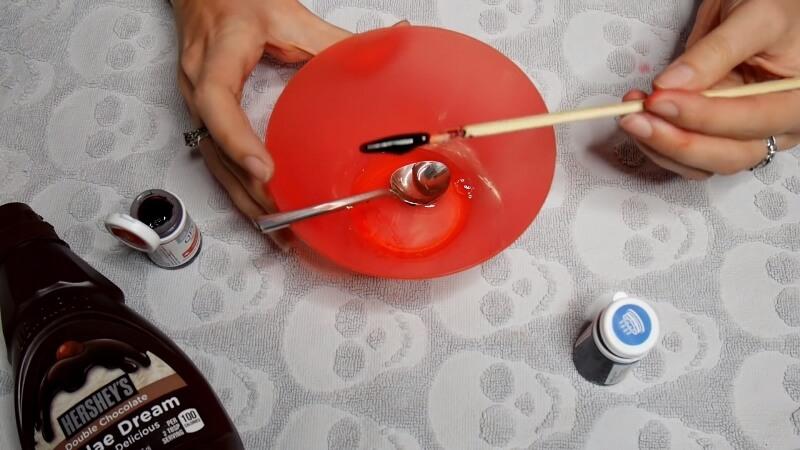 Добавляем красный краситель в сахарный сироп