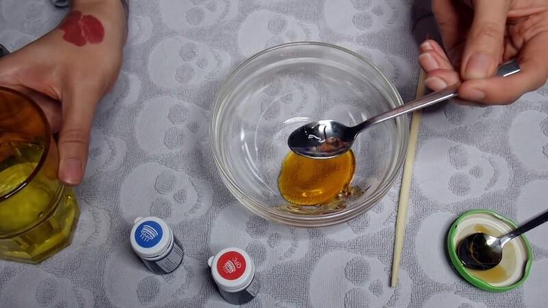 Добавляем пару капель воды в мед