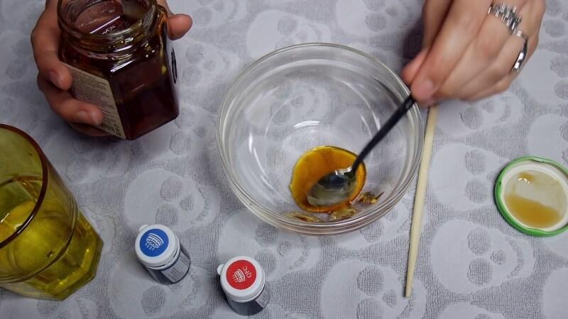 Добавляем пару ложек меда в емкость