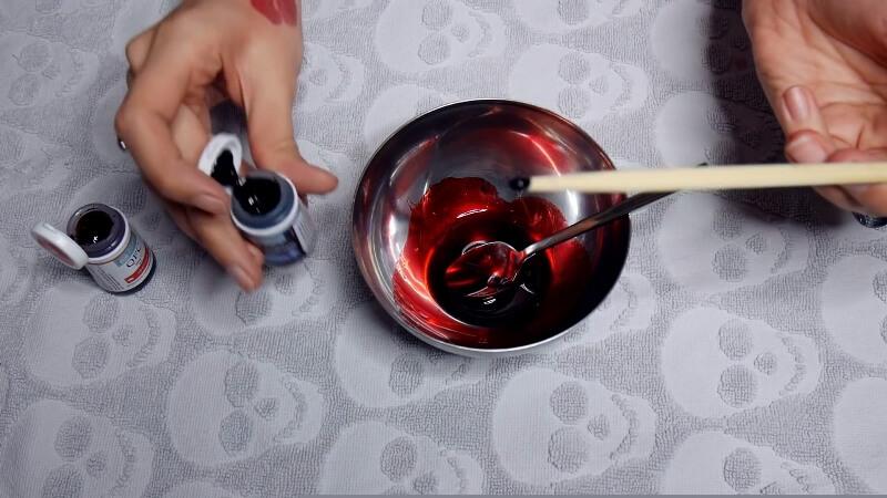 Добавляем синий краситель в смесь с карамельным сиропом