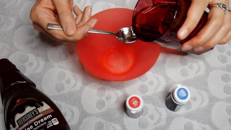 Добавляем в миску 4 ложки сахарного сиропа