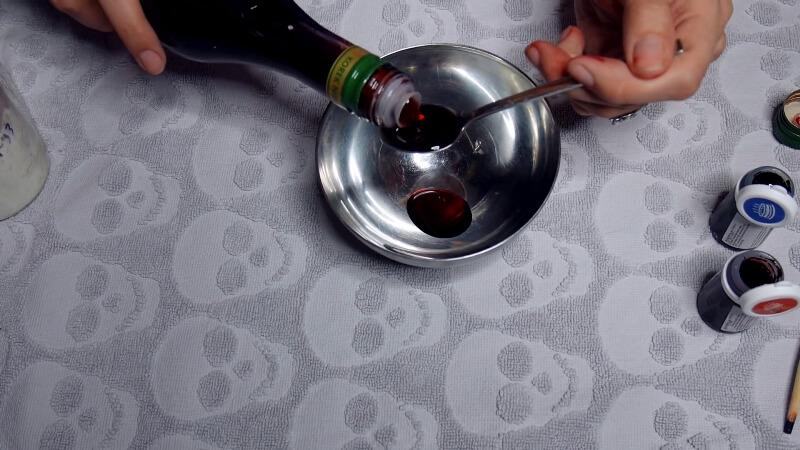 Добавляем в миску вишневый сироп