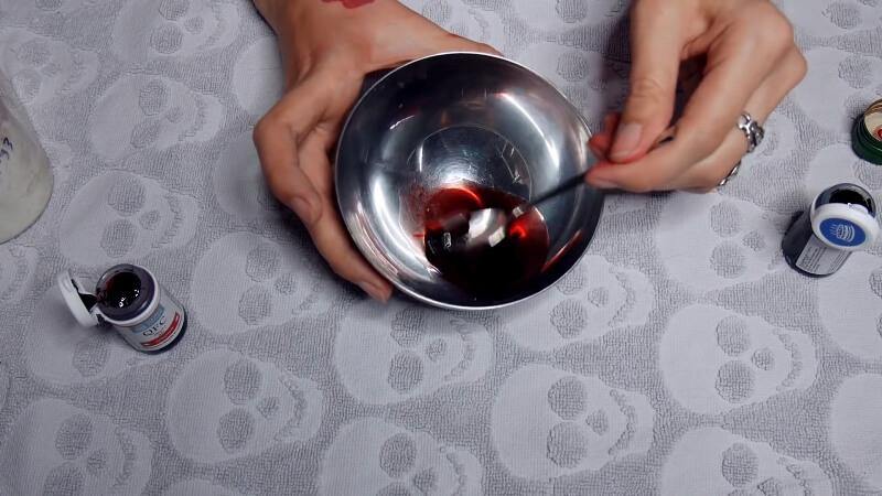 Мешаем красный краситель с вишневым сиропом