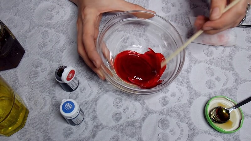 Перемешиваем смесь с красным красителем