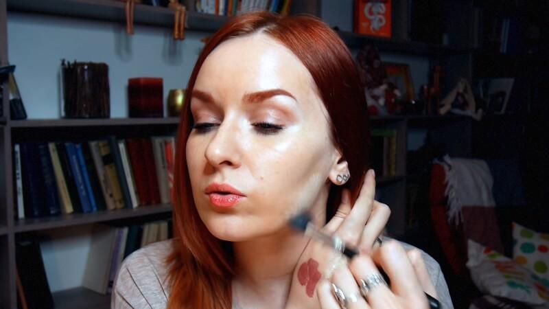 Наносим светлый тон на нижнюю периферию лица, чтобы осветлить общий тон кожи
