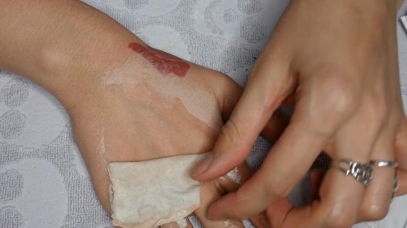 Отрываем кусок латекса с кожи, оставляя его не надорванным