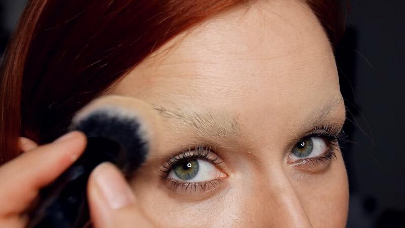 Постукивающими движениями наносим тональную основу Make-Up Secret на бровь