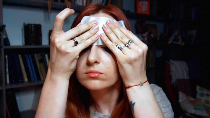 Прикладываем матирующую салфетку к коже, чобы убрать лишний блеск на лице