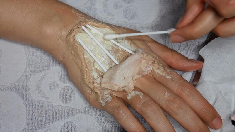 Приклеиваем палочки-сухожилия к руке при помощи латекса