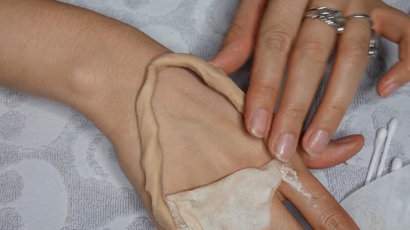 Создаем бортик предполагаемой раны из пластичного пластика для грима