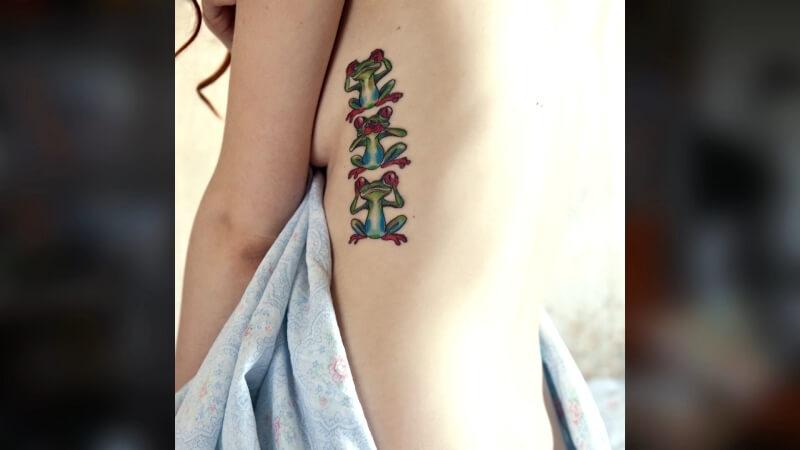 Татуировка с лягушками в раннем цвете