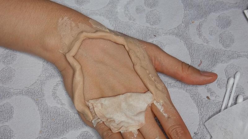 Втираем пластик в кожу, формируя ровный край
