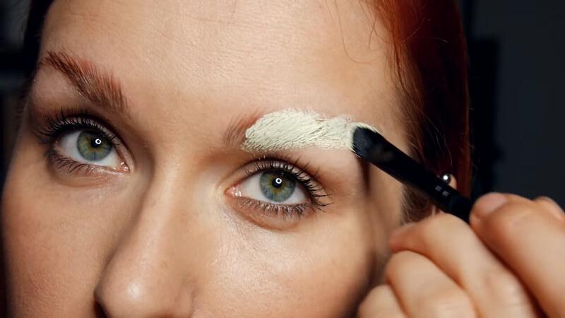 Замазываем плотным слоем бровь корректором от Make-Up Secret