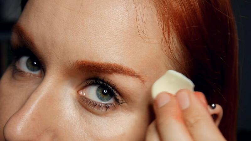 Замазываем уголок брови мылом по направлению вверх роста волосков