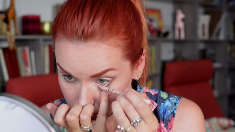 Наносим бежевый карандаш Eva Mosaic на нижнюю слизистую глаза