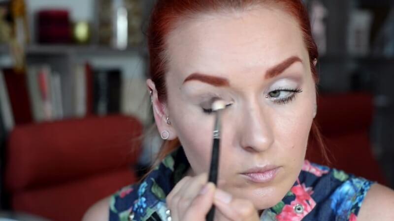 Наносим темные коричневые тени Make-Up Atelier на все подвижное веко