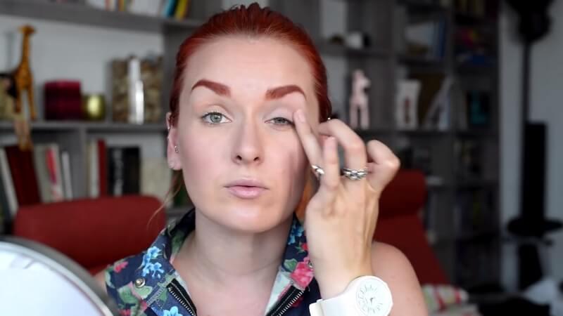 Наносим тени Maybelline Color Tattoo на веко пальчиком