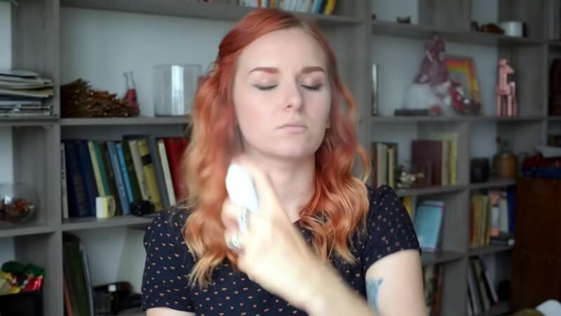 Наносим термальную воду на лицо