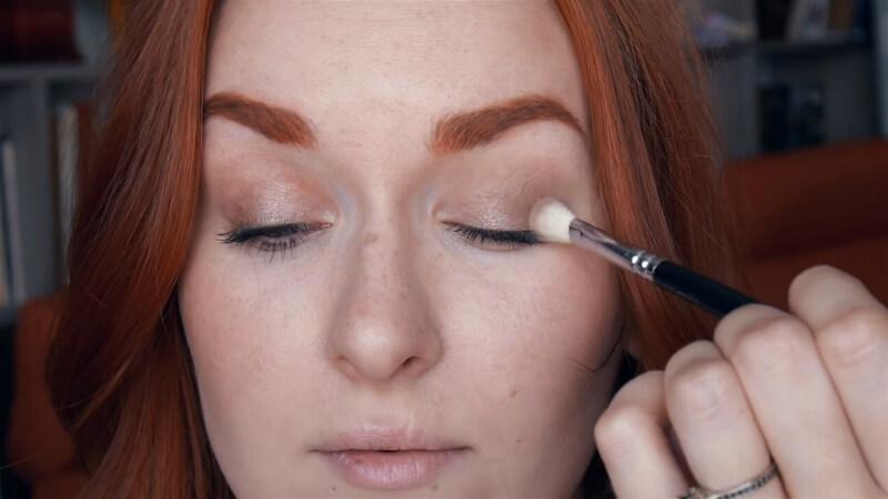 Растушевывайте тени точечно, не отрывая кисть от глаза