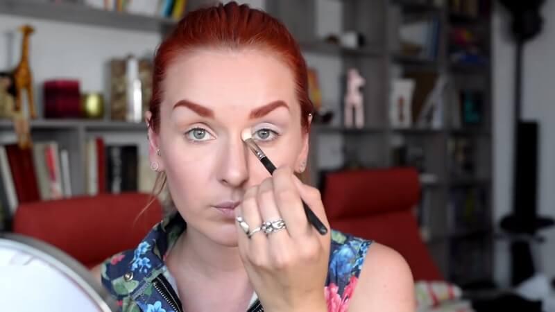 Затемняем линию переносицы, чтобы уменьшить расстояние между глазами