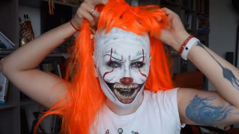 Добавляем яркий парик к нашему образу клоуна
