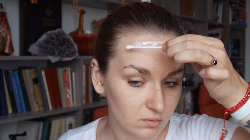 Наносим латексную полоску на лбу чуть ниже роста волос